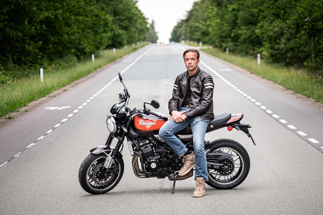 Iwan van der Valk begon als politieman, maar is nu fulltime met zijn hobby bezig: schrijven over motoren.