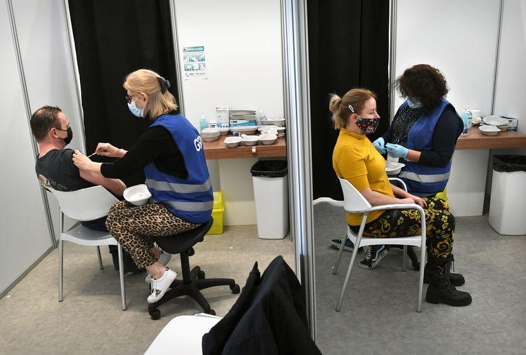 Vaccineren op een locatie in Den Haag. Beeld Marcel van den Bergh