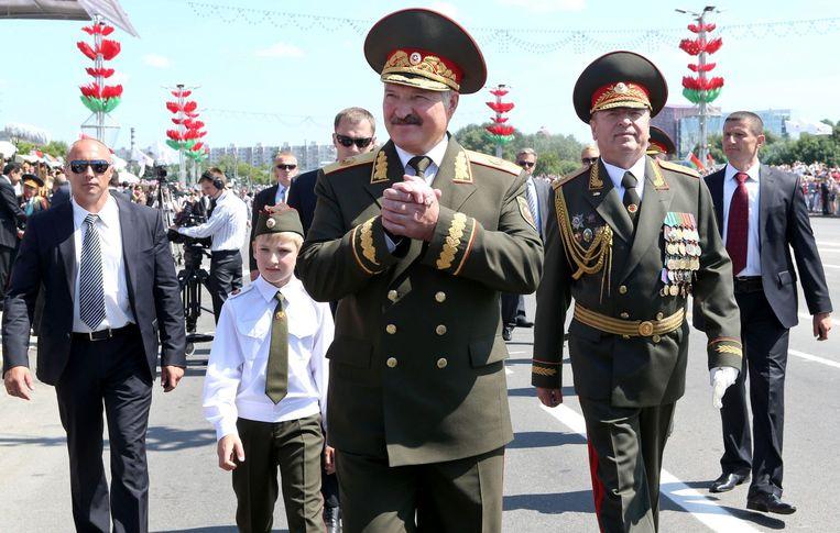 Vooraan de Wit-Russische president Aleksandr Loekasjenko. Linksachter zijn zoontje Nikolaj. Beeld AFP