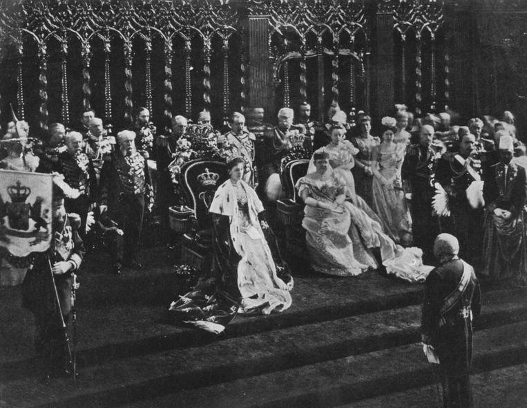 In de Amsterdamse Nieuwe Kerk legt de op 31 augustus meerderjarig geworden koningin Wilhelmina de eed op de Grondwet af. Foto uit 1898. Beeld anp