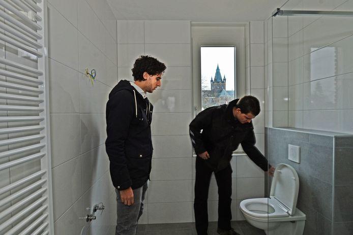 Nicky Wolfs inspecteert samen met zijn vader zijn nieuwe woning in Oisterwijk.