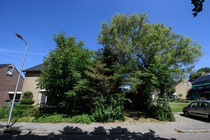 De woning in Wierden is amper nog te zien omdat de tuin niet meer wordt onderhouden.