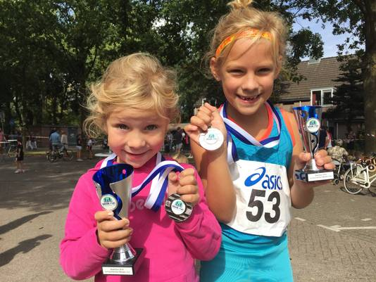 Fleur (l) en Sofie Ernst werden respectievelijk tweede en derde in hun categorie bij de Blaak Run.