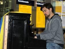 Oekraïense protestpianist speelt op Utrecht CS