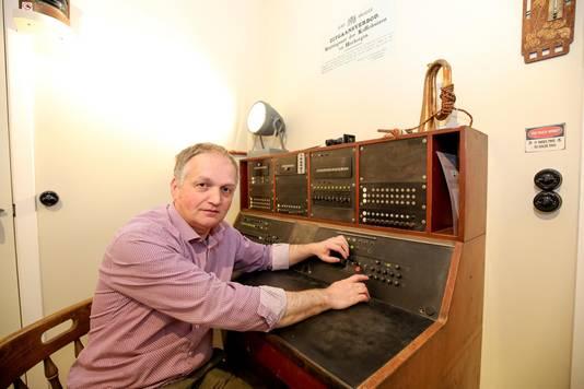 Siegfried Debaeke in de oude radiokamer: een deel van het spel 'Zoek de Madonna van Michelangelo'.