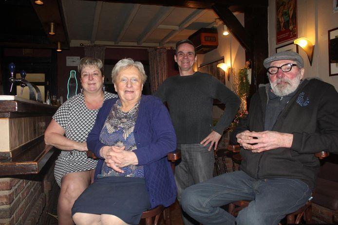 Anita (vooraan) met enkele van haar trouwe klanten.
