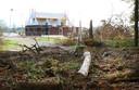 Het eerste huis van het nieuwe buurtje aan de Oudedijk in aanbouw, terwijl de uitrit naar de Uddelermeerweg nog niet eens klaar is.