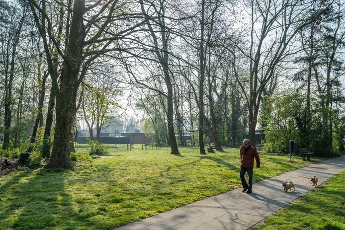 Voorlopig blijven honden in park 't Kruis nog even aan de leiband. De hondenlosloopweide blijkt nog niet klaar.