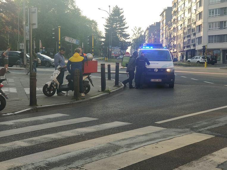 De politie zet alle brommers aan de kant