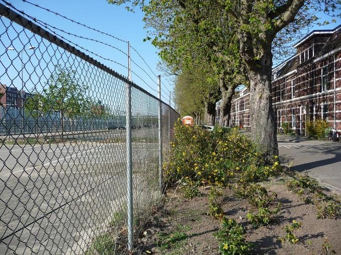 Links naast het hek moet de parkeergarage komen aan de Maijweg
