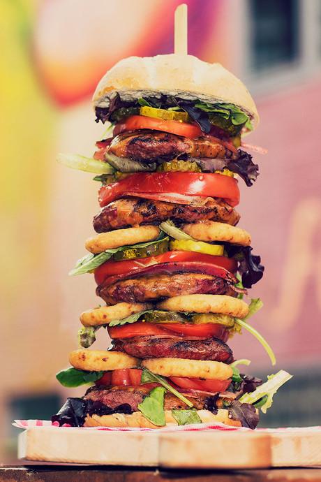 Honger? In Arnhem eet je deze hamburger van een halve meter hoog