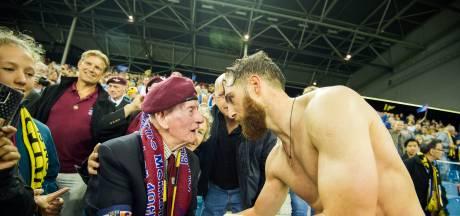 Airborne-shirt Vitesse met rugnummer 100 voor 100-jarige Sir Wilf Oldham