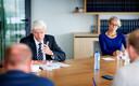 Verslaggevers Koen Voskuil en Yelle Tieleman in gesprek met Theo Hofstee (L.) van het College van procureurs-generaal en algemeen secretaris van de Nederlandse Orde van Advocaten, Raffi van den Berg.