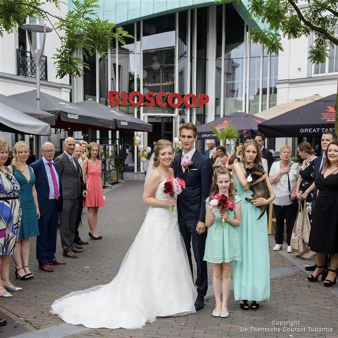 Lucienne Buys en Frank te Brinke mogen als eerste paar trouwen in de Almelose bioscoop