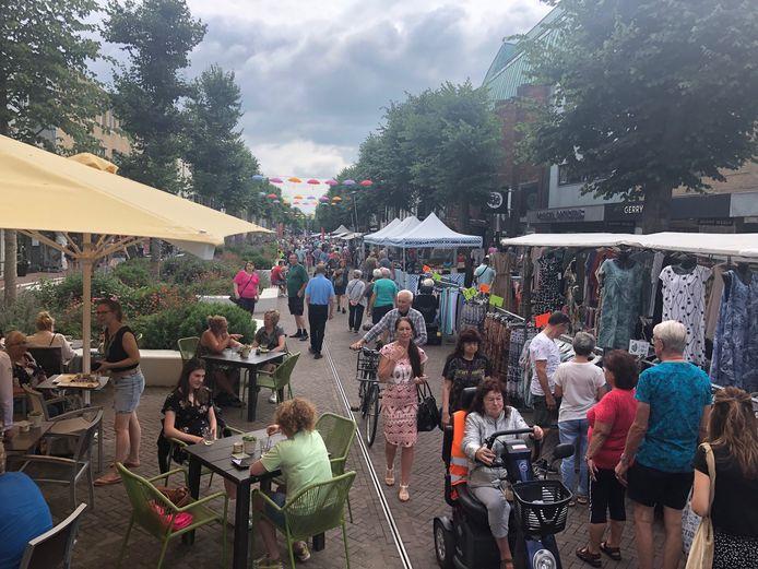 De traditionele kermismarkt in Uden was maandag ouderwets druk. Alle kramen stonden in een lang lint door de Marktstraat en St. Janstraat.