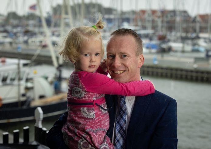 Cees van den Bos met een van zijn dochters.