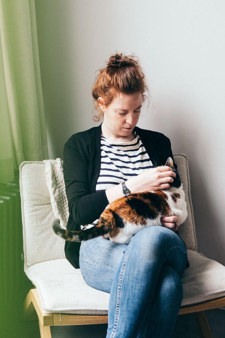 Marina Bautier in de Cruiser-fauteuil die ze ontwierp voor Swedese. De kat vond ze in haar vorig atelier.  Beeld null