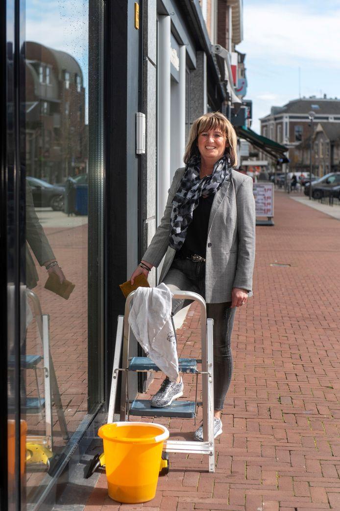Esther Albers (52) voor schoenenwinkel Piazza in Elst.