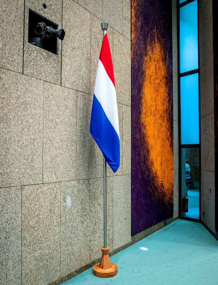 De Nederlandse vlag in de grote vergaderzaal van de Tweede Kamer. Beeld ANP
