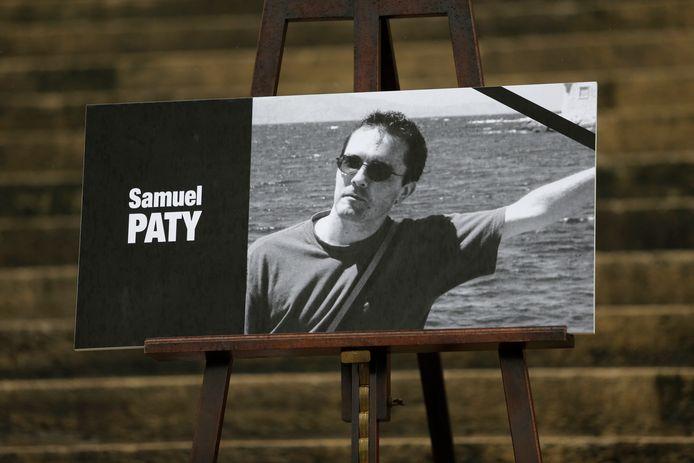 Le portrait de Samuel Paty sur les marches de l'Assemblée nationale à Paris.