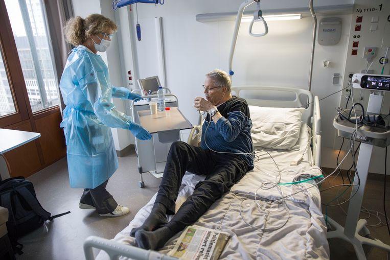 Rode Kruis-vrijwilligers ondersteunen in het Erasmus MC ziekenhuis in Rotterdam op verschillende afdelingen het verplegend personeel. Beeld Arie Kievit