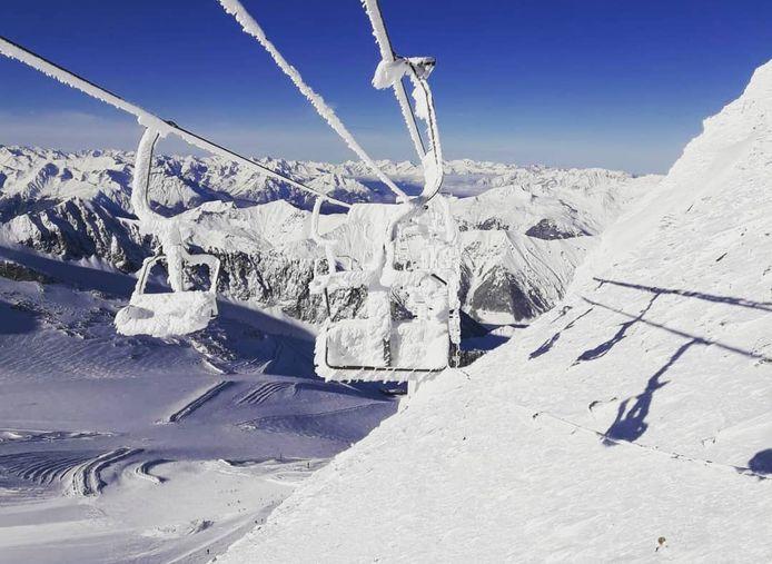 In Hintertux (Oostenrijk) ligt momenteel wel al sneeuw, maar de liften staan er stil. Veel skigebieden zijn gesloten vanwege het corronavirus.