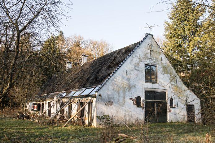 De vervallen boerderij uit 1898 ligt naast het hek van kasteel Drakensteyn.