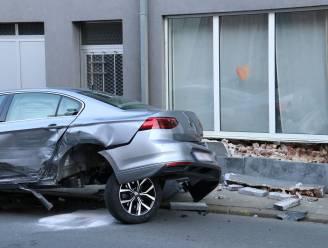 Drie voertuigen en gevel lopen schade op na aanrijding: Kindjes naar ziekenhuis gebracht