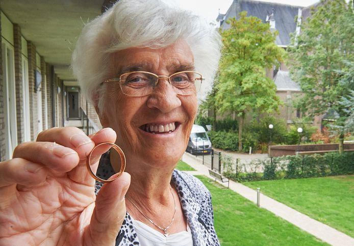 Zuster Antoine van Erp uit Schijndel heeft een oude trouwring uit 1914 van haar vader teruggevonden.