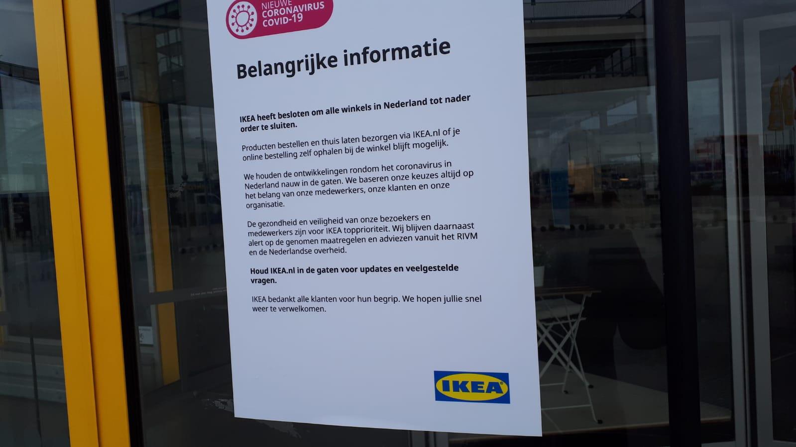 Een formulier met het besluit om de deuren te sluiten bij de ingang van IKEA Duiven.