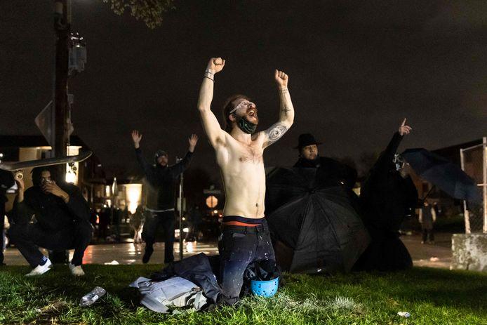 """Demonstranten roepen """"Don't shoot""""."""