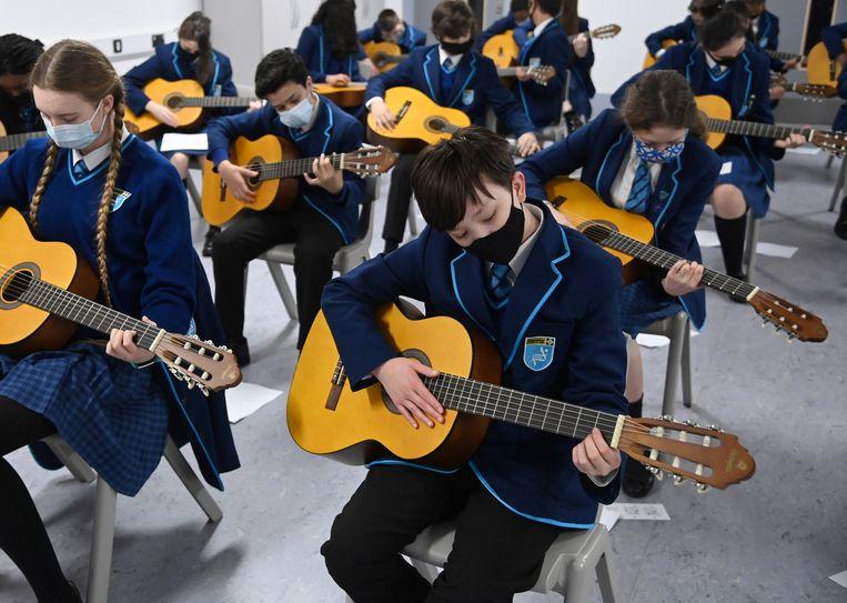 Leerlingen krijgen muziekles in Groot-Brittannië. Beeld Reuters