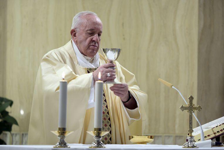 Paus Franciscus leidt de dagelijkse mis in zijn woonplaats Casa Santa Marta. Beeld EPA