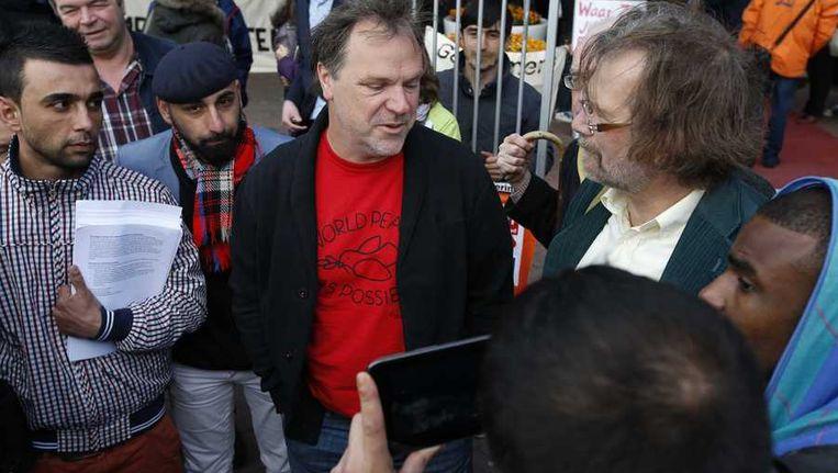 Hans Spekman, partijvoorzitter van de PvdA, gaat in gesprek met vluchtelingen voorafgaand aan het PvdA-congres in Leeuwarden. Beeld anp