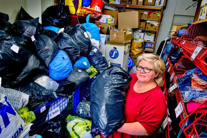 Mariette van der Linden in de overvolle opslagruimte van de kledingbank.