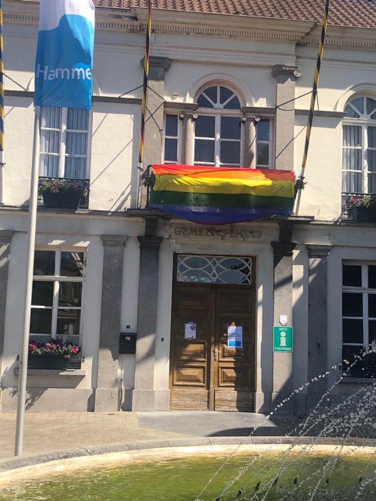 De regenboogvlag siert de gevel van het gemeentehuis.