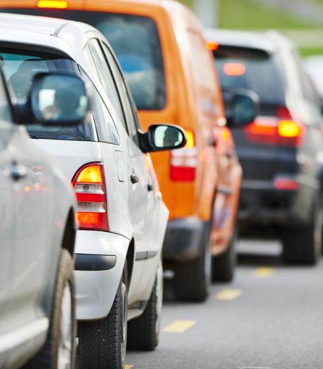 Lange file tussen Oosterhout en Hank op A27 door ongeluk en omrijders