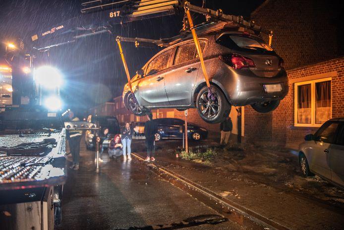 De takeldienst moest vier auto's wegbrengen.