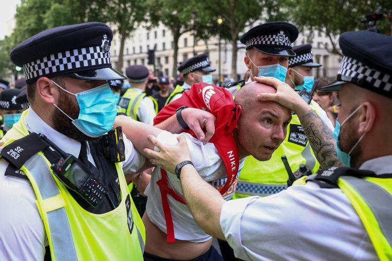 Terwijl het aantal coronabesmettingen in Engeland weer toeneemt, werd in Londen gisteren geprotesteerd tegen lockdown en vaccinatie. Beeld Henry Nicholls/Reuters