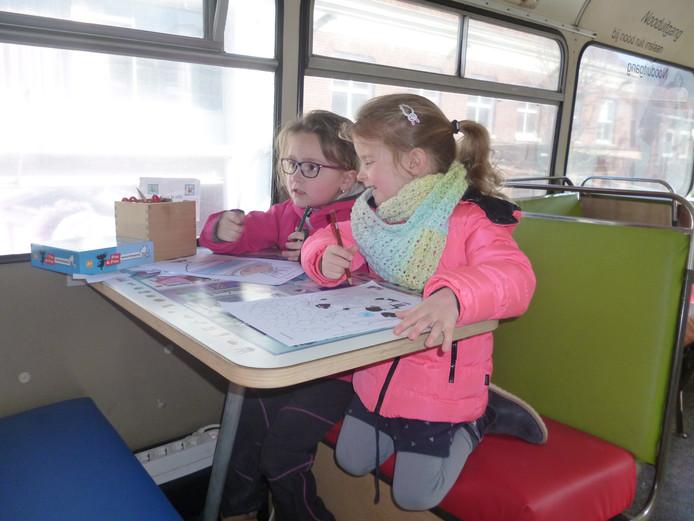 De Schijndelse zusjes Jente (l) en Niene aan het werk in de Fiepbus.