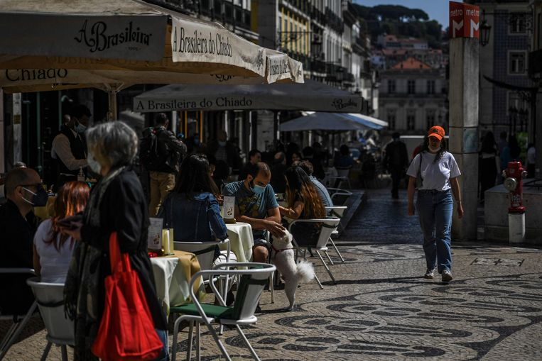 Terrasjes in Lissabon. Beeld AFP
