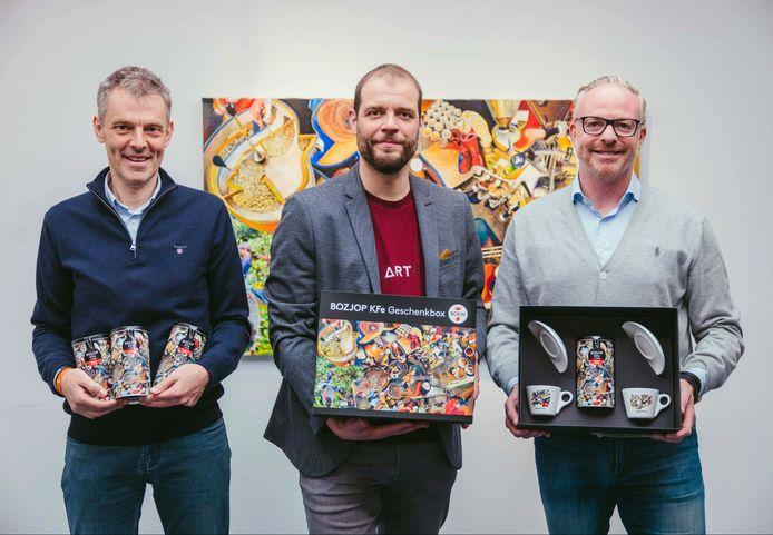Ondernemers Geert Blommaert en Stéphane De Bruyn bij kunstenaar Gilles Van Schuylenbergh (midden).