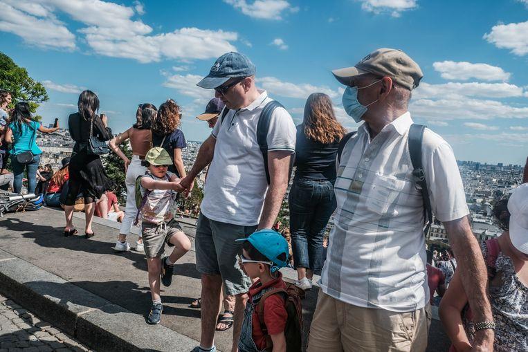 Toeristen in Parijs. 'Het valt op dat bijna de helft van de mensen nog geen mondkapje draagt', zegt Daan Kool.  Beeld Joris Van Gennip
