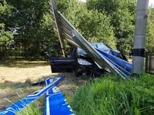 Auto knalt op verkeersbord in Hengelo