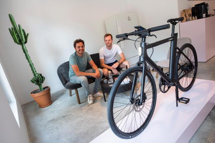 Adrien Roose, CEO de Cowboy (à gauche) devant un vélo électrique connecté de la marque.