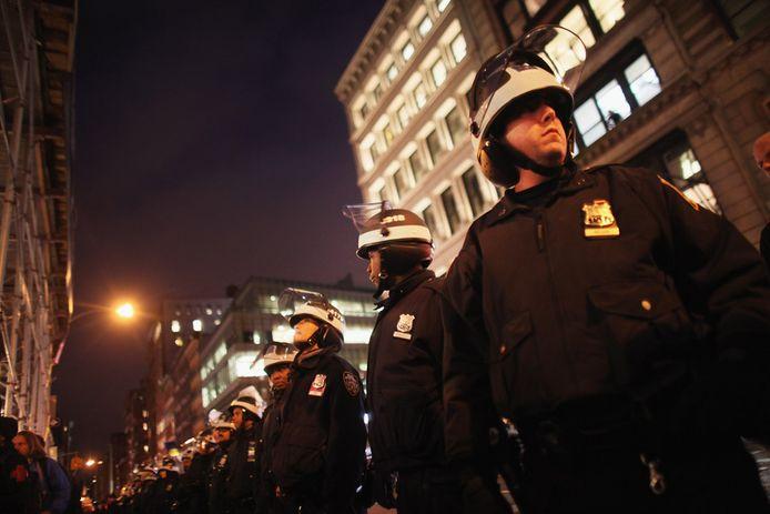 Een politiekordon op Manhattan probeert Occupy-betogers weg te houden van de beurs op Wall Street.