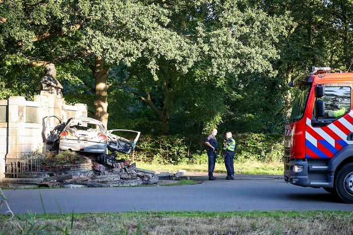 Een automobilist botste zondagmorgen tegen een monument in Groningen.