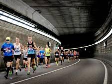 Deelnemers Dam tot Damloop rennen met capsule in darmen