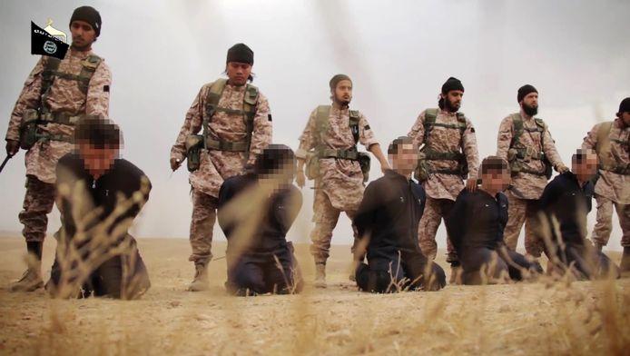 Terroristen van IS staan klaar om gijzelaars te onthoofden.