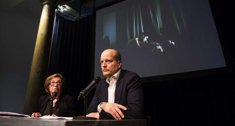 Juryvoorzitter Michele McNally en algemeen directeur Lars Boering van World Press Photo maken in het Compagnietheater de uitslag van de World Press Photo 2014 bekend. Beeld anp